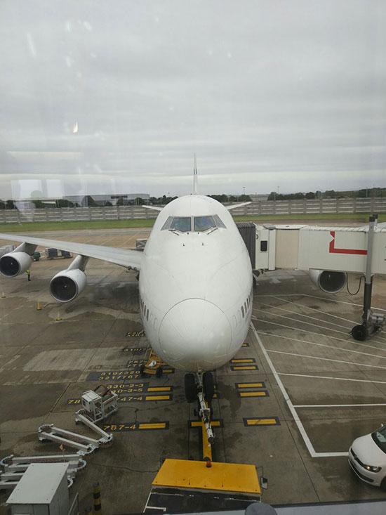 מטוס רב מנועי מחובר לשרוול